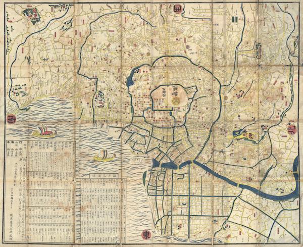 Handkolorierte Holzschnittkarte von Edo aus der Mitte des 19. Jahrhunderts in beeindruckender Größe. Die Karte enthält viele Details und ist eine Kombination aus praktischen Informationen und dekorativen Elementen. Schiffe und Wellen schmücken den Hafen und es gibt keine spezifische Richtungsausrichtung. Der gesamte Text strahlt vom Palast in der Mitte der Karte aus.