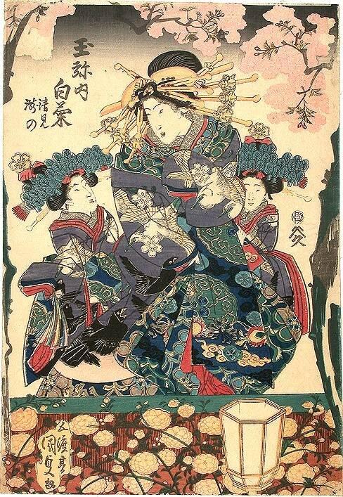 Die Kurtisane Shiragiku im Kimono mit sehr aufwendigem Muster und Schnitt, rechts und links von ihr ihre beiden Dienerinnen, deren Kleidung farblich auf sie abgestimmt ist