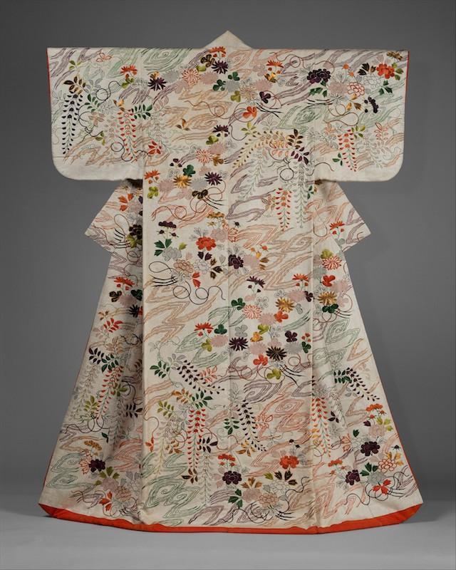 Weißer Kosode, d.h. Kimono mit kurzen Ärmeln, das gesamte Kleidungsstück bunt bestickt mit feinen Chrysanthemen und Glyzinien.