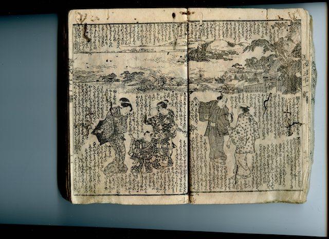 """Doppelseite aus einem Leseheft der Edo-Zeit, Holzblockdruck in Schwarzweiß mit einer Szene aus """"Nise Murasaki inaka Genji"""". Fünf Figuren im Vordergund, davon abgesetzt im Hintergrund eine Landschaft, der leere Zwischenraum mit Fließtext (Spalten mit Silbenschriftzeichen) gefüllt."""