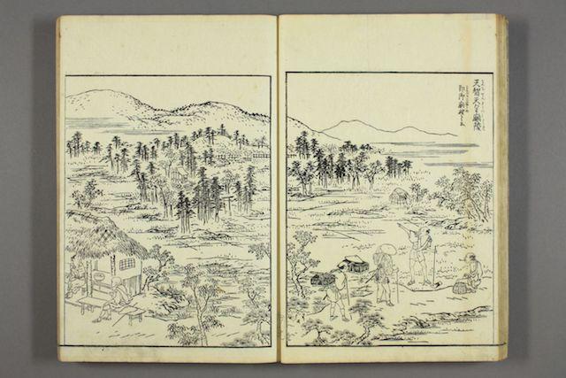 Doppelseite aus einem Leseheft der Edo-Zeit, Holzblockdruck in Schwarzweiß mit einer Ansicht einer Pilgerreise zu den Schreinen von Ise: 3 wandernde Pilger auf einem Pfad vor einer bergigen Landschaft.