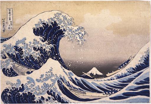 Das weltberühmte Bild von Katsushika Hokusai: Die Große Welle vor Kanagawa: Das Meer mit hohem Wellengang, in den Wellentälern kaum auszumachen zwei kleine Boote, im Hintergrund klein in einem Wellental der Gipfel des Berges Fuji. Links eine aufgebäumte Welle kurz, bevor sie sich überschlägt.