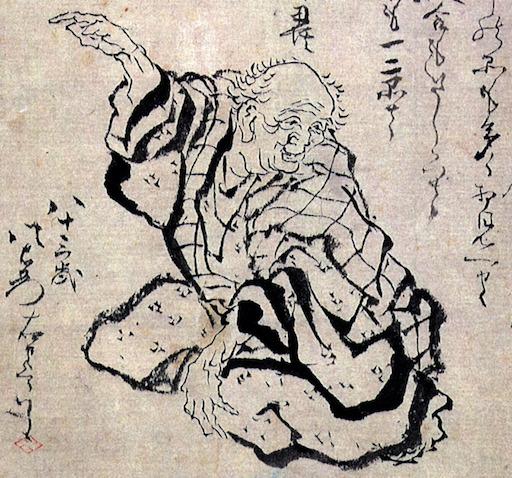 Eine gezeichnetes Selbstportrait von Katsushika Hokusai: ein sitzender alter Mann, der sich nach vorne beugt, die linke Hand auf dem linken Knie aufgestützt, mit der rechten Hand nach oben zeigend.