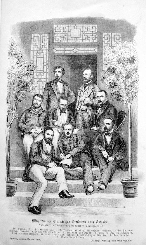 Vor einem Hauseingang mit asiatischem Holzdekor: auf den Stufen in drei Reihen acht Mitgleider der Preußischen Expedition nach Ostasien.