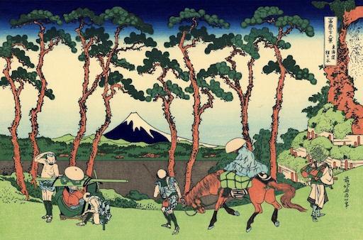 Ein Blatt aus den 36 Ansichten des Berges Fuji: Hodogoya. Im Vordergrund Reisende, dahinter 8 hoch gewachsene Kiefer, im Zwischenraum genau in der Mitte die Spitze des Berges Fuji.