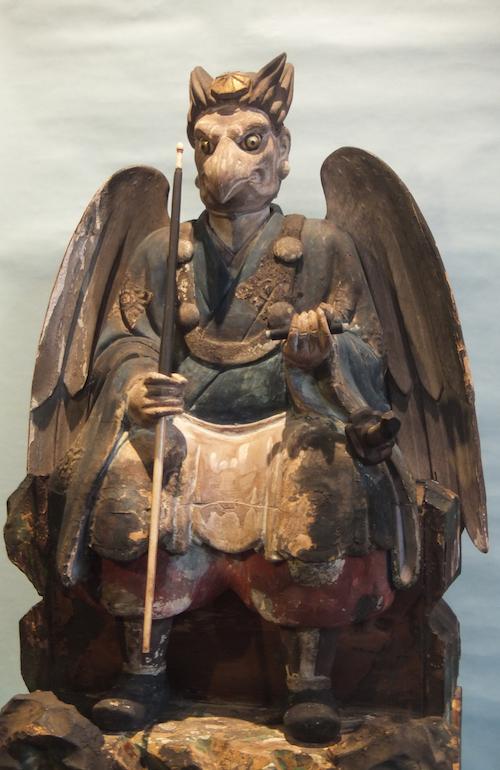 Krähen-Tengu mit Schnabel und Flügel in der Kleidung eines Bergasketen.