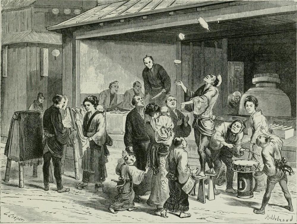 vor einem Einkaufsladen: Ein Jongleur und ein Trommler ziehen die Aufmerksamkeit der Passanten auf sich.