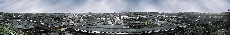 Weitläufiges Panorama von Edo, von einer Anhöhe aufgenommen. Auffällig ist, dass alle Häuser gleich hoch sind.