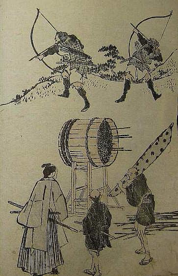 Eine Seite aus den Hokusai Manga: 5 Figuren. Im Hintergrund zwei Bogenschützen, in der Mitte des Bildes eine Tonne, die als Ziel dient, im Vordergrund ein Samurai und seine 2 Diener.