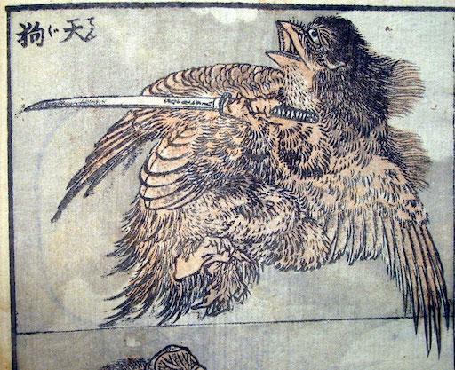 Eine halbe Seite aus den Hokusai Manga: Darstellung eines Tengu, der an einen jungen Vogel erinnert. Er hat neben seinen Flügeln Vorderarme, mit denen er ein großes Schwert trägt.