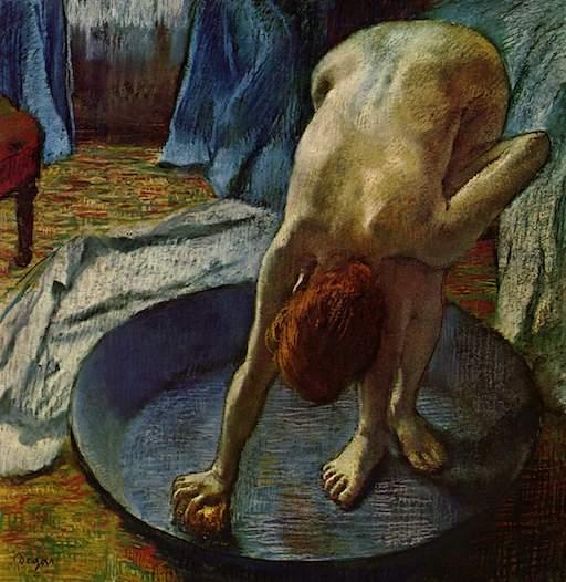 Gemälde von Edgar Degas, ca. 1886. Eine nackte Frau steht in einer Waschschüssel, beugt sich nach vorn und putzt mit einem Schwamm die Schüssel aus, in der sie steht.