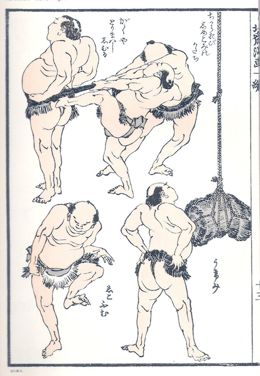 Eine Seite aus den Hokusai Manga: insgesamt 5 Sumō-Ringer in sehr auffälligen Körperhaltungen. Oben eine Dreiergruppe: Zwei Ringer ziehen fest am Gurt eines dritten Sumō-Ringers. Unten ein Kämpfer, der das linke Bein anhebt, um auf den Boden zu stampfen, rechts ein Ringer von hinten mit nach vorn gedrücktem Oberkörper.
