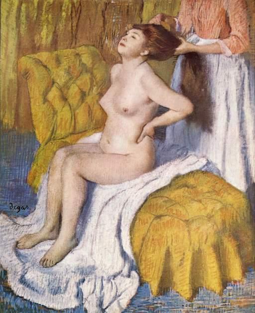 Gemälde von Edgar Degas, ca. 1885; Frau sitzt nackt auf einem Handtuch auf einem Kanapee, ihre Bedienstete kämmt ihr die langen Haare, ähnliche Haltung mit vorgedrücktem Oberkörper wie die der Sumō-Ringer.