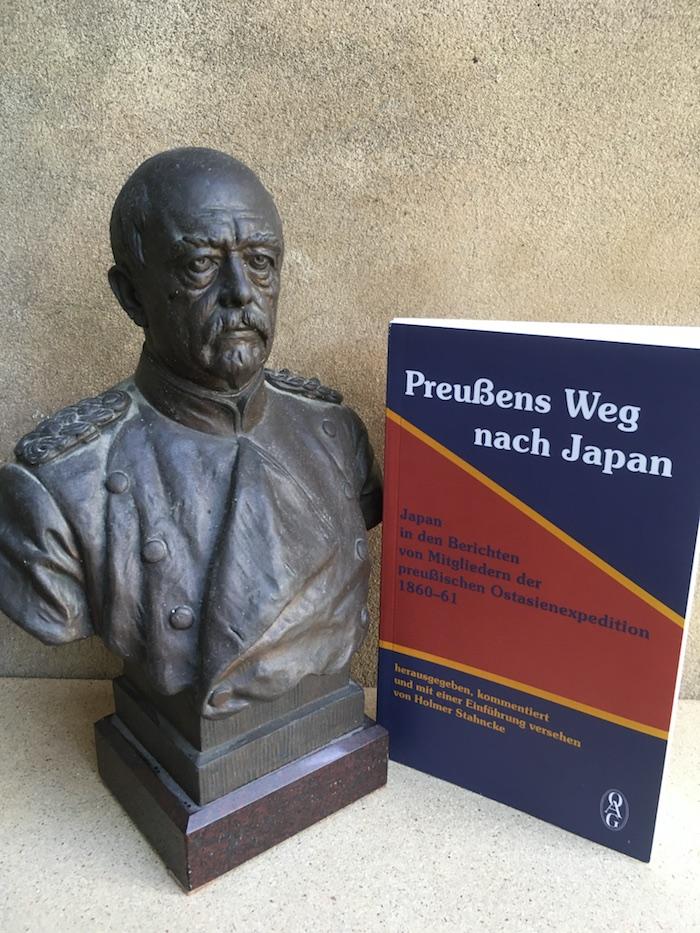 Buch neben Büste von Bismarck