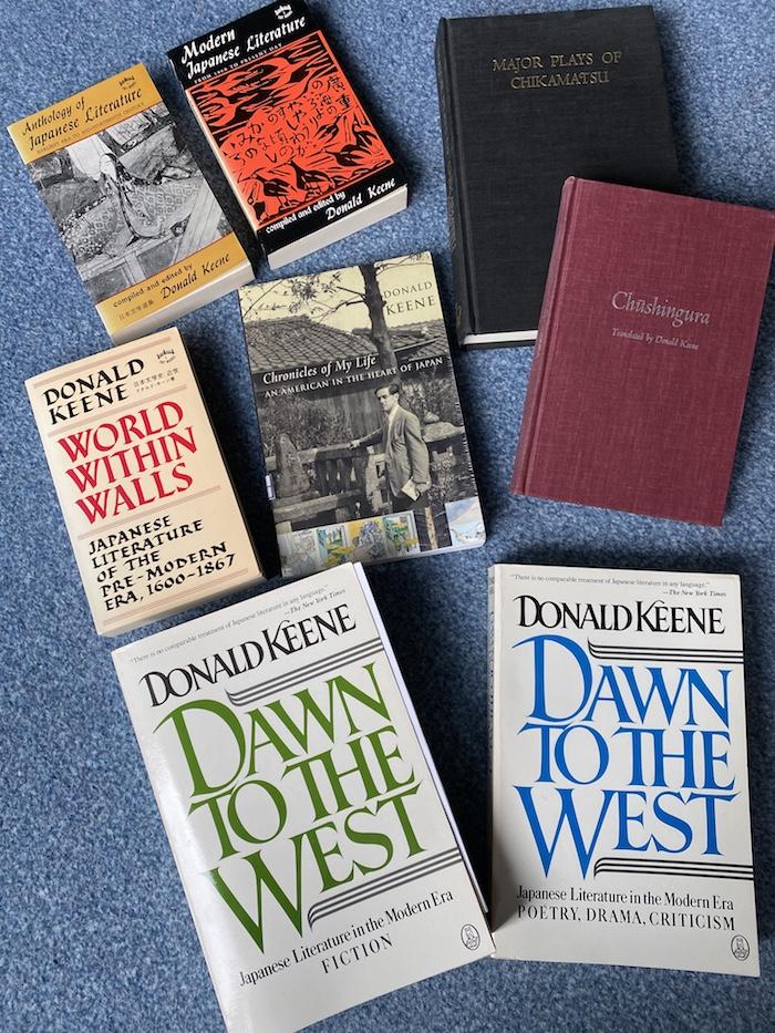 Einige Bücher von Donald Keene in der Mitte die hier besprochene Autobiografie.